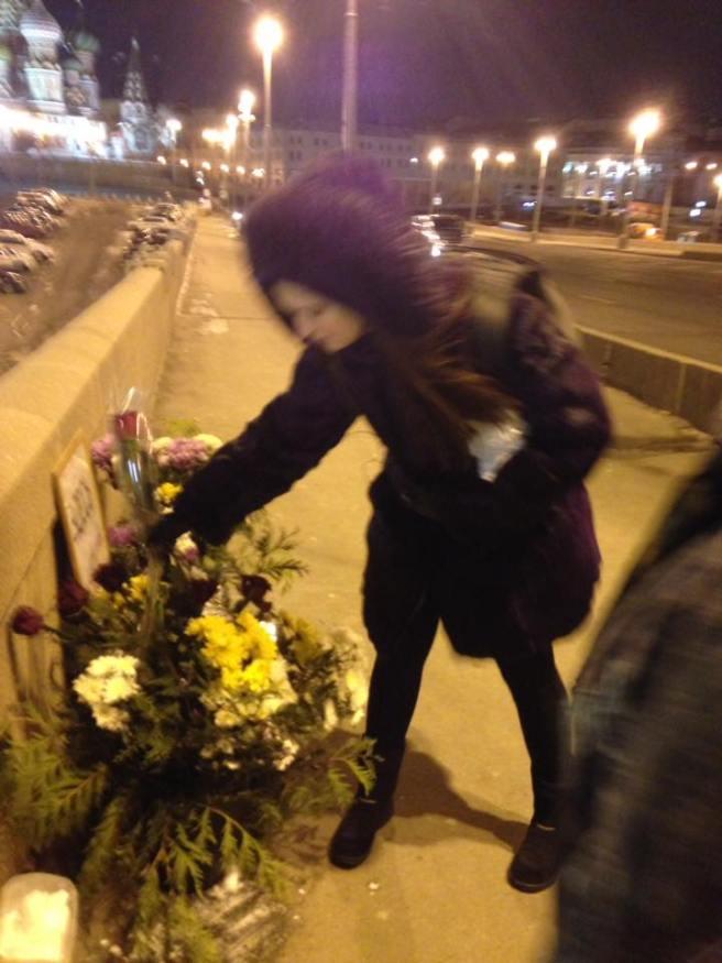 Люди несут цветы