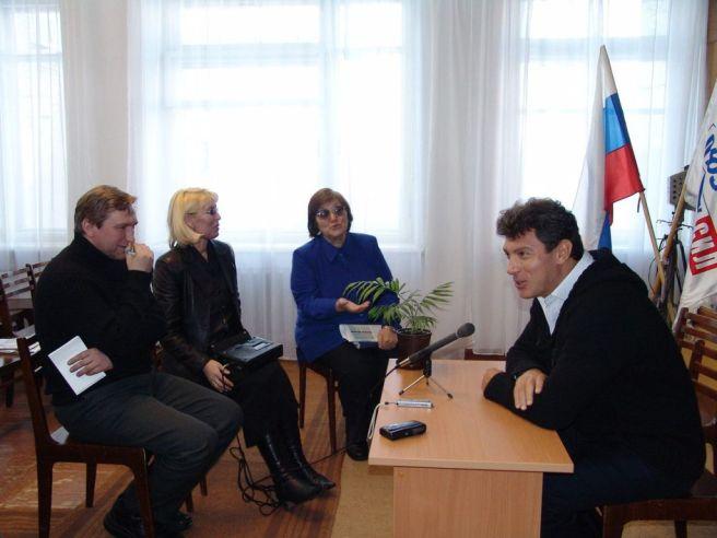 На пресс-конференции в Кудымкаре в 2004 году Борис Немцов много шутил, смеялся, а еще - гордился тем, что он - многодетный отец. Фото: архив Дмитрия Никитина