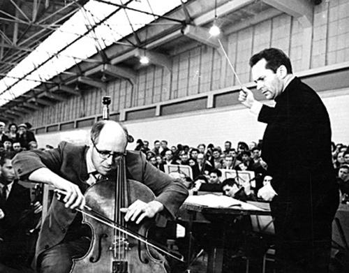 Израиль Гусман и Мстислав Ростропович дают концерт в цехе ГАЗа