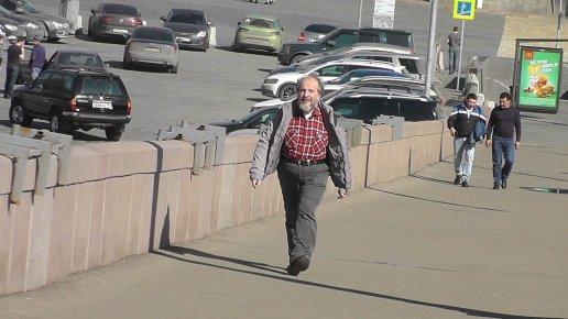 Аркадий Коников спешит на дежурство.. Фотографии — Виктор Коган