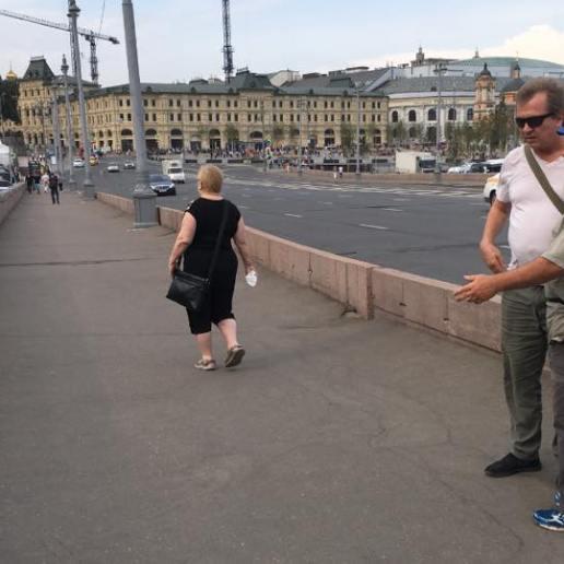Эта женщина принесла роскошные хризантемы. Фотографии — Ирина Русанова