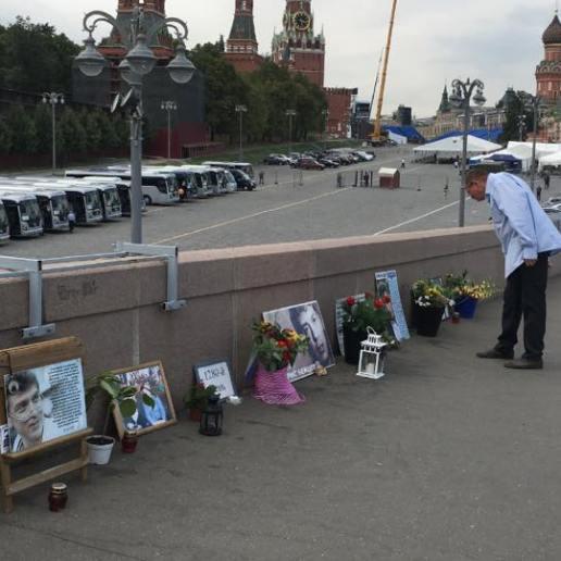 Человек подолгу задерживался у каждого портрета. Уходил и возвращался. Фотографии — Ирина Русанова