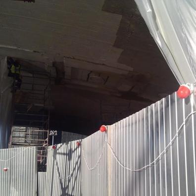 20.10.2018 Немцов мост. Ремонт. Под мостом Снимают верхний слой и загораживают.