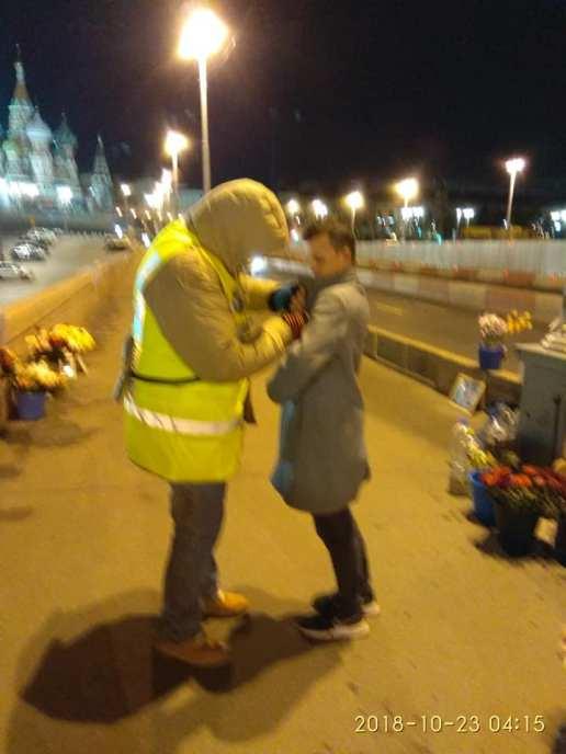 Ваня цепляет значок Немцов мост ночному гостю. Фотографии — Tatiana Tikhonovich