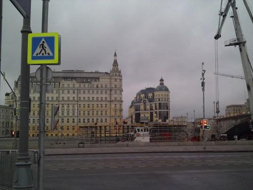 10.11.2018 Немцов мост. Ремонт На другой стороне моста Москва-река. Баржа с нарощенной палубой