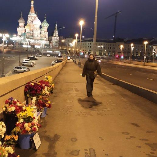 14.03.2020 Немцов мост. Ночное дежурство Утренний дежурный Тимофей идёт