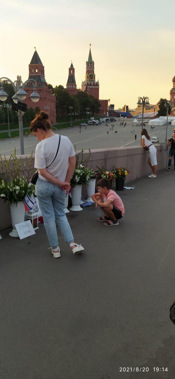 Вечернее дежурство на Мосту Немцова