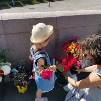 Молодая женщина с девочкой и розами