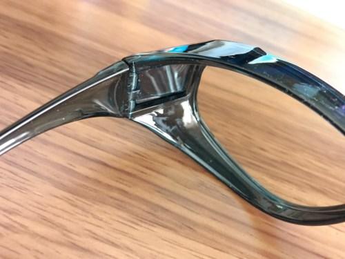 メガネの上からかけられるブルーライトカットグラス2