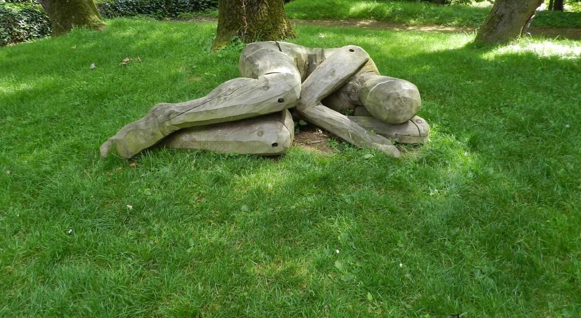 一人寝 芝生で寝る