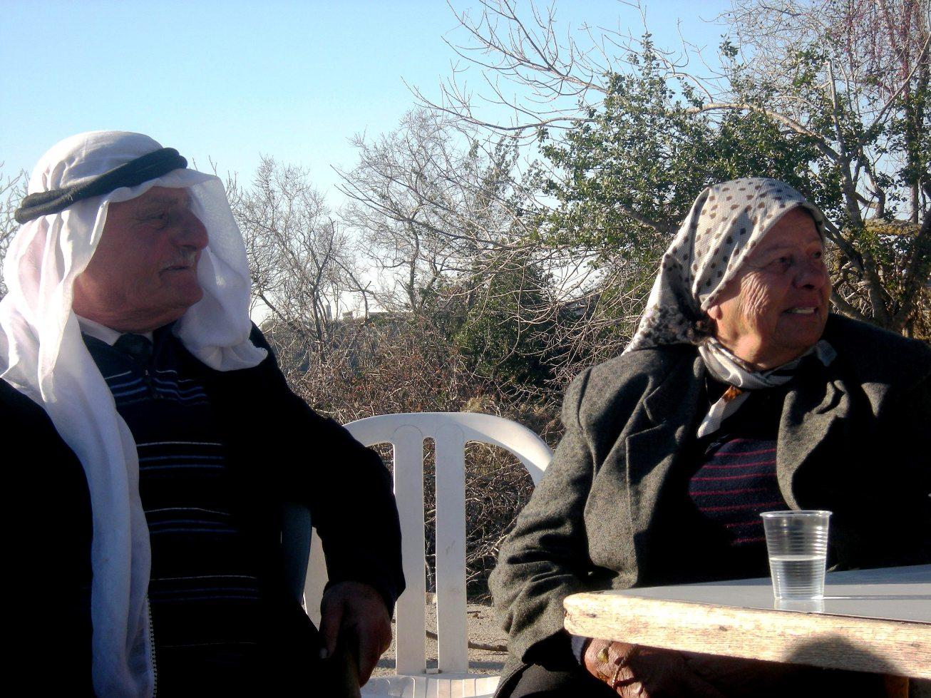 Abu Malek con sua moglie nella piazza di Kufr Bi'rem (Foto: Chiara Cruciati)