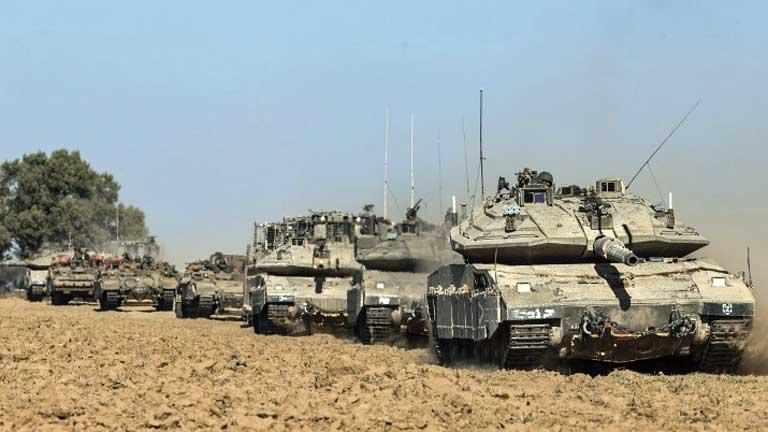Colonna di mezzi corazzati israeliani in movimento verso Gaza la scorsa estate (foto di Jack Guez-AFP)