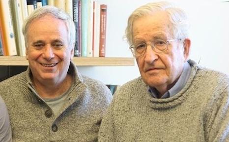 Noam Chomsky (destra) e Ilan Pappé (sinistra)