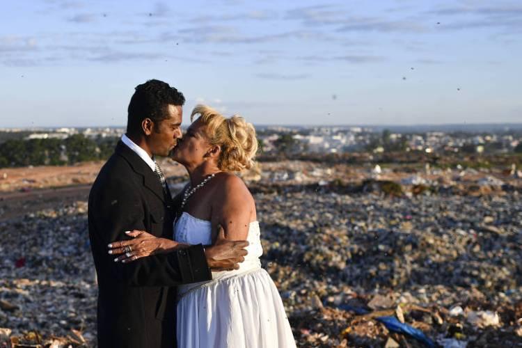 História de amor: catadores se casam no maior lixão da América Latina