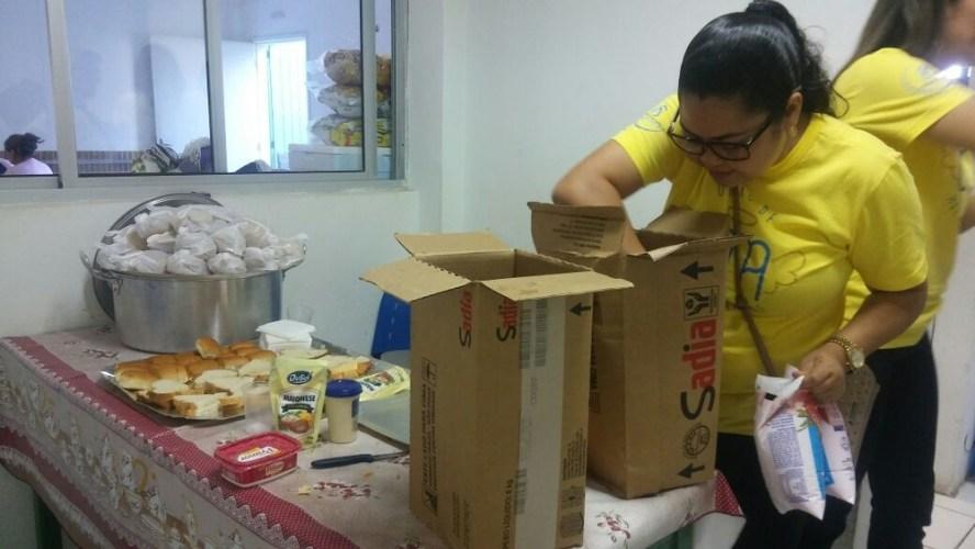 Crianças com microcefalia em PE recebem comida que correu risco de apodrecer por falta de transporte