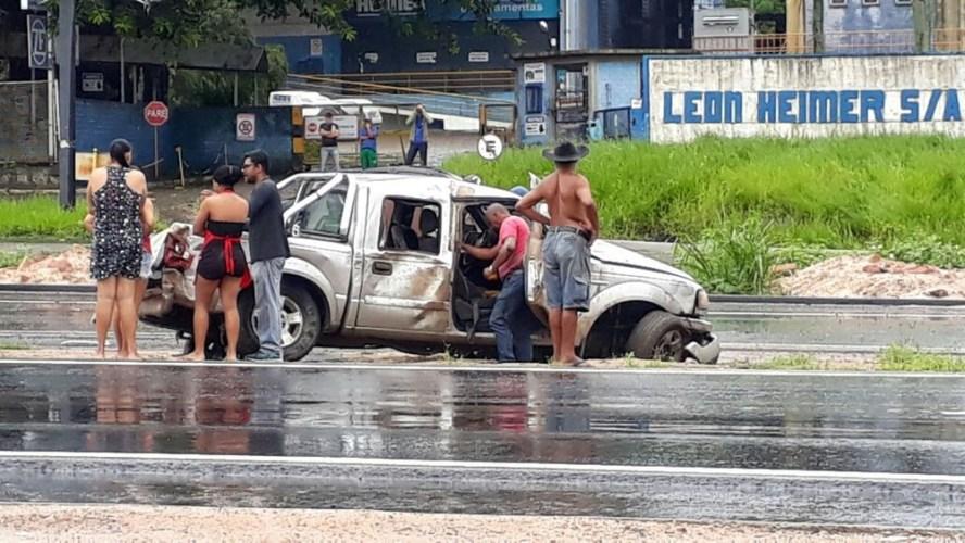 Passageiro é arremessado para fora de carro em capotamento em Paulista