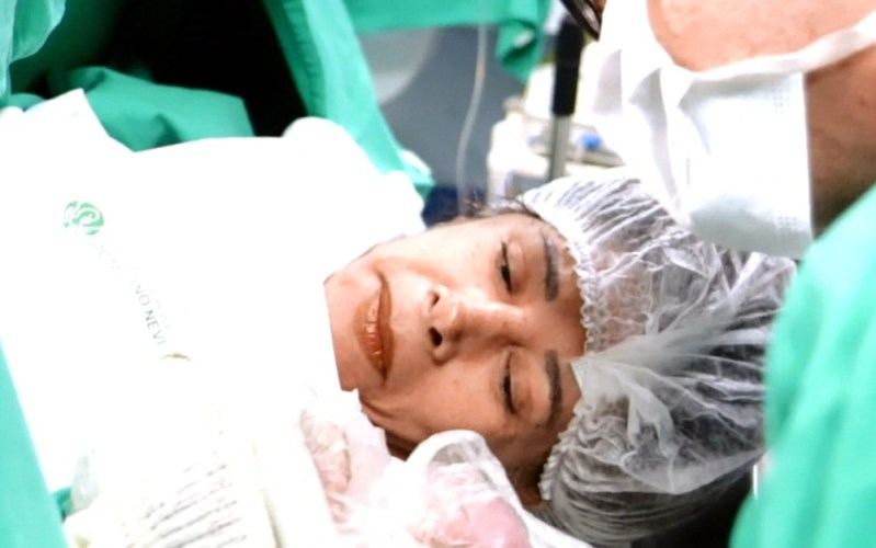 Mulher de 64 anos que deu à luz uma menina em BH diz que sofre preconceito
