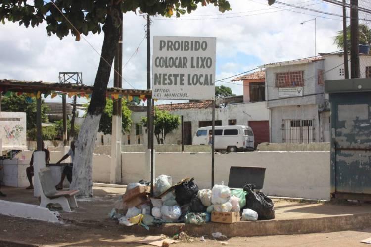 Abandono: Lixos e buracos destroem a Mirueira