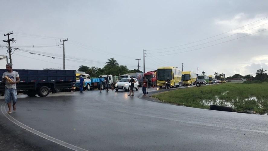 Quinto dia de protesto de caminhoneiros tem frota de ônibus reduzida e postos fechados no Grande Recife