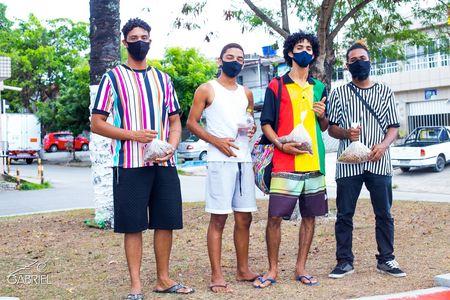 Grupo improvisa bebedouros e comedouros para animais em situação de rua em Paulista