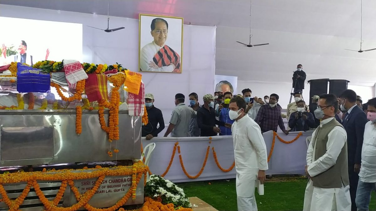 রাহুল গান্ধী গুয়াহাটি ২০১৩-র সংকর্দেব কালক্ষেত্রে তরুণ গোগোয়ীর প্রতি শেষ শ্রদ্ধা জানিয়েছেন