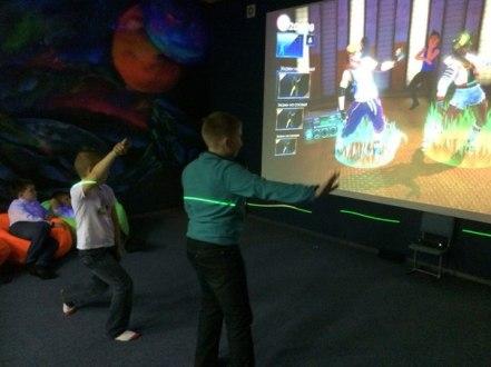 Фото 24 дети играют в интерактивную игру