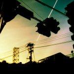 街並みと飛行機雲の写真素材