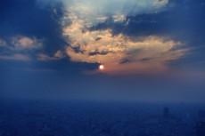 霞む街並みに沈む夕陽