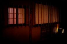 ぼんやりとあかりの灯る障子窓