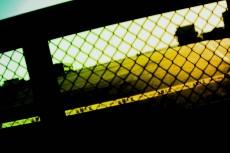 閉じられたゲート越しの風景(2パターン)