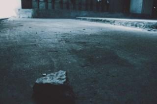【高解像度】コンクリートに転がる石(3パターン)