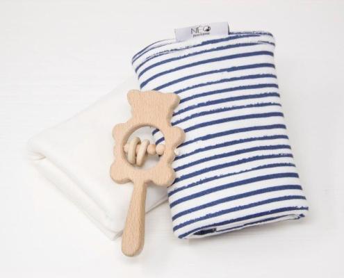 Écharpe bleu rayé écru et jouet en bois de la marque Néo pour le peau à peau