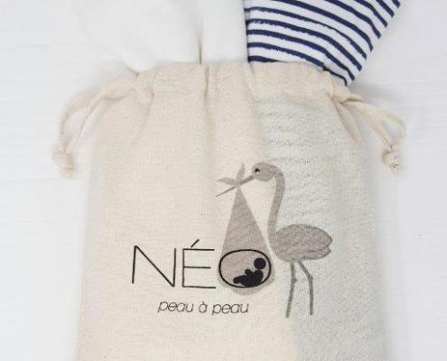 Écharpe Néo peau à peau rayé bleu et écru dans un sac