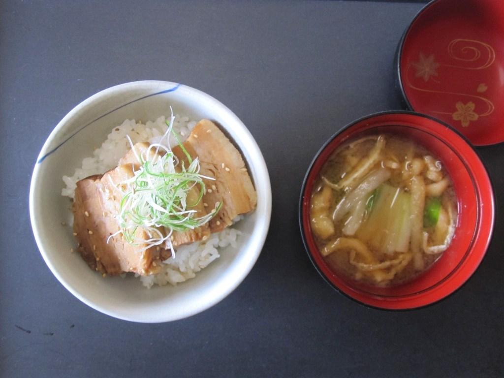 豚角煮丼、十石味噌の麦味噌汁(うるい)