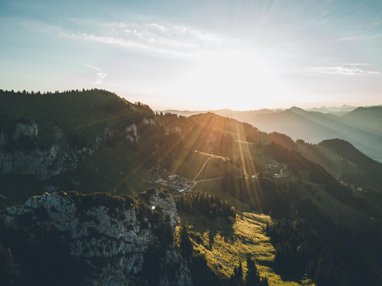 An der nächsten Abzweigung mit Schildern halten wir uns links und steigen über einen schmalen Bergpfad hinab in Richtung Stie-Alm und Brauneck. Foto: Neoheimat