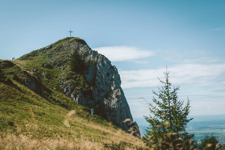 Über einen Trampelpfad erreichen wir dann das Gipfelkreuz des Vorderen Kirschsteins auf 1670 Metern. Foto: Neoheimat