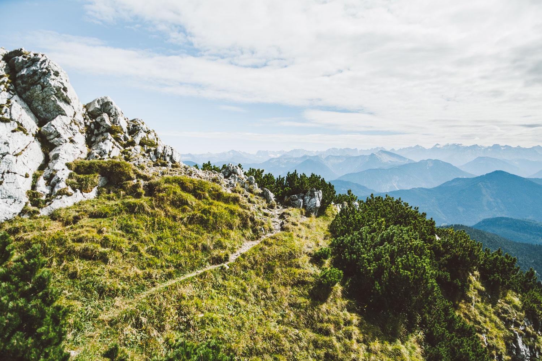 """Der """"Große Höhenweg"""" am Brauneck ist ein mittelschwerer Wanderweg mit einer Distanz von rund 6,33 km. Foto: Neoheimat"""