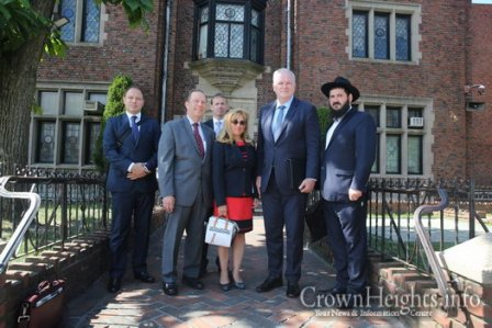 Hungarian-Derlegation-Visits-Crown-Heights4 (1)