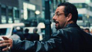 Adam Sandler Oscar-esélyes filmben menekül a gengszterek elől