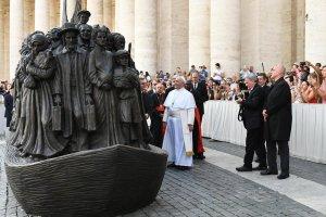 Nácizmus elől menekülő zsidókat szíriai és afrikai menekültek között ábrázoló szobrot avatott Ferenc pápa