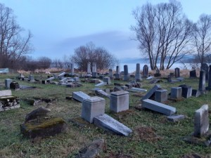 Vandál pusztítás egy szlovákiai zsidó temetőben