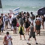 Tüntetés a tel-avivi strandon a zárlat és Netanjahu ellen