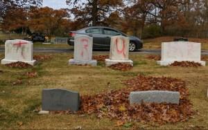 """""""Trump"""" és """"MAGA"""" feliratokat festettek egy zsidó temető sírjaira"""