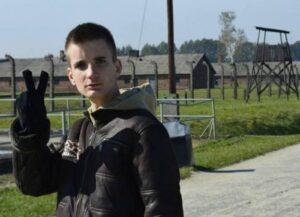 Auschwitzban a győzelem jelét mutató jobbikos Jakab Péter sofőrje