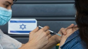 Izrael több ezer adag vakcinát ad a palesztinoknak