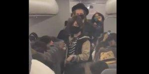 Leszállítottak egy haszid családot a repülőről, mert a babájukon nem volt maszk