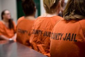 Nőnek vallotta magát, ezért áthelyezték a női börtönbe, ahol teherbe ejtette a cellatársát