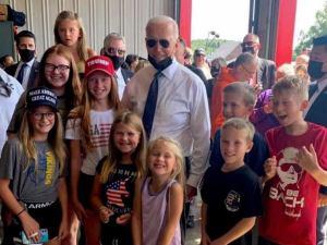 Biden Trump sapkás gyerekekkel fotózkodott
