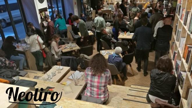 A Magvető Café egy széles lépcsősorral válik még különlegesebbé.