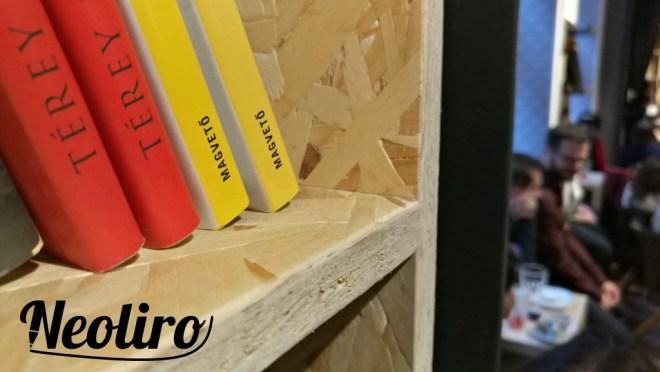 A Magvető Café polcai tele vannak könyvekkel.